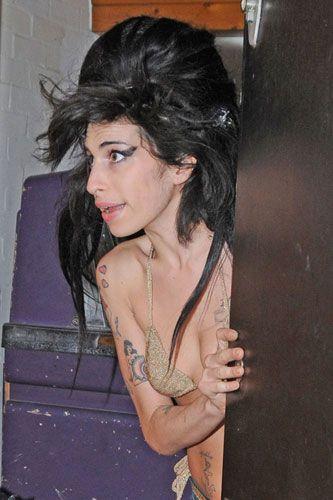 5 Grammy ödüllü Amy Winehouse'un alkol ve kokain bağımlılığından sonra bir de seks bağımlılığı ortaya çıktı!  Boynundaki morlukları  gazetecilere göstermekten çekinmeyen Amy Winehouse, arkadaşlarının dediğine göre tam bir seks düşkünü. Şu anda hapiste olan kocası Blake Fielder-Civil'e ayrılmak istediğini ve Alex Haines ile bir ilişkisi olduğunu söyleyemeyen Amy Winehouse zor durumda görünüyor.